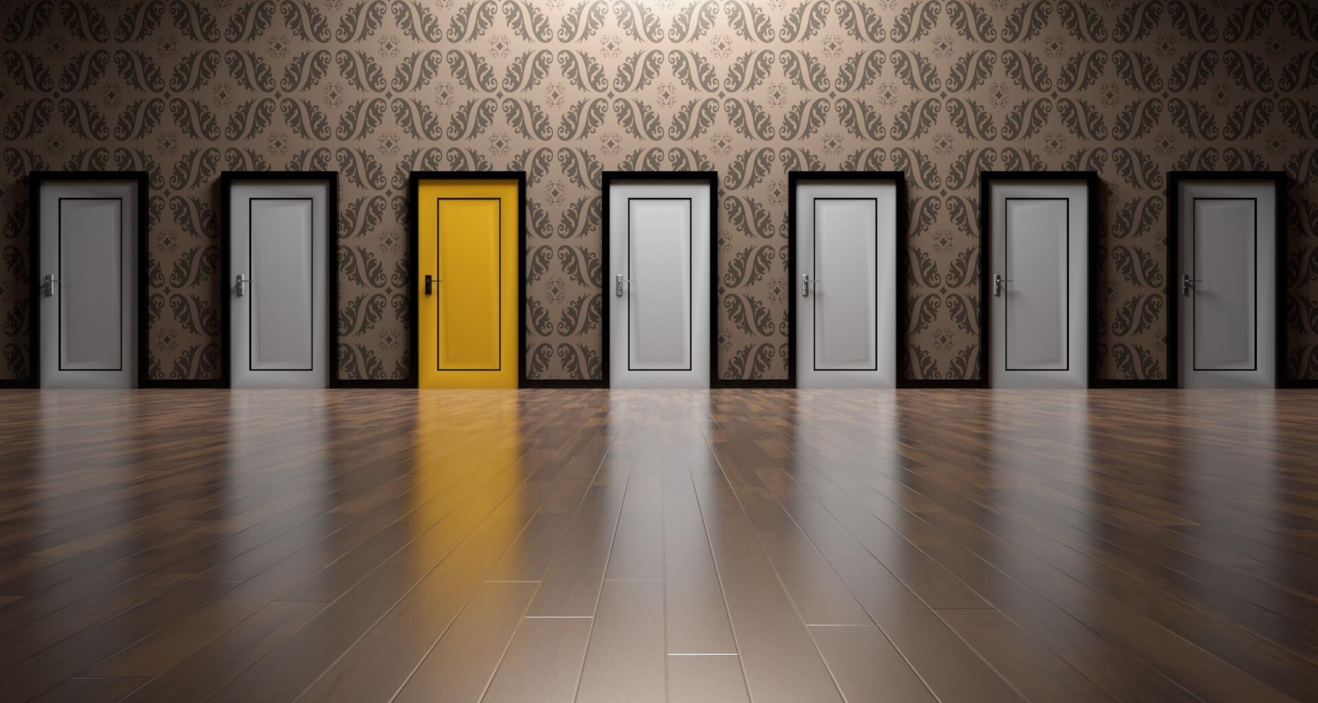 images de portes blanches dont une jaune